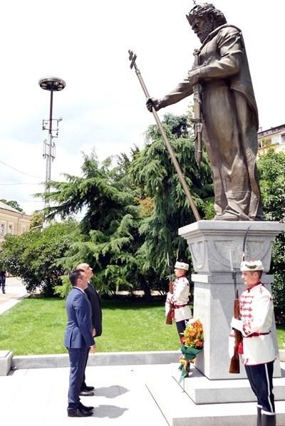 Борисов и Заев пред паметника на цар Самуил в София Снимка: Архив