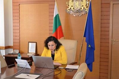 В сряда Десислава Танева проведе видеоконферентен разговор с представители на веригите. Министърката е категорична, че няма да отстъпи от идеята български пресни продукти да се продават в магазините.