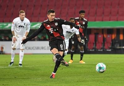 Роберт Левандовски вкарва 22-ия си гол за сезона.