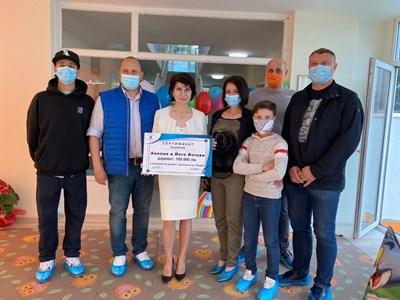 Професор Йото Йотов и съпругата му с чека за  100 000 лв. дарение