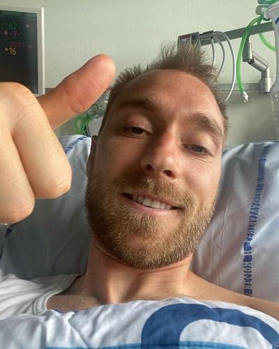 С тази снимка от болницата Кристиан Ериксен обяви на света, че е добре.