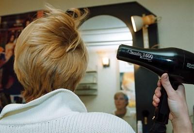 Ако фризьорски салон не си е намерил търговец на ток, то ще купува от доставчик последна инстанция.