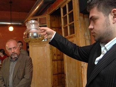 Д-р Петър Димков (вляво) присъства на демонстративно приготвяне на лечебен чай по рецепта на легендарния си дядо.  СНИМКА: ЙОРДАН СИМЕОНОВ