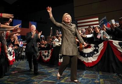 Хилари Клинтън и съпругът й Бил приемат овации след вота. СНИМКА: РОЙТЕРС