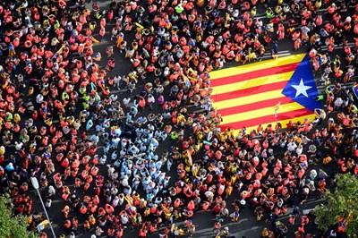 Стотици хиляди каталунски сепаратисти викаха днес в един глас, докато преминаваха на шествие по главната пътна артерия на Барселона. СНИМКИ: РОЙТЕРС