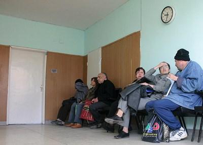 """Още поне 4 месеца на хората с увреждания няма да им се налага да се редят на опашка пред ТЕЛК, за да подновят свидетелствата си.  СНИМКА: """"24 ЧАСА"""""""