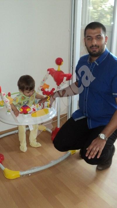 Едногодишният Денис обича да си играе в детския батут.  СНИМКИ: Авторката СНИМКА: 24 часа