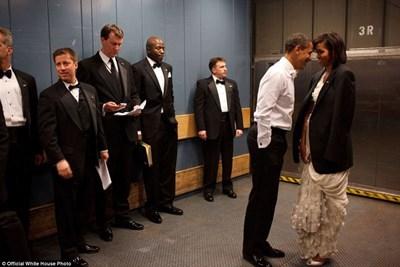 Уловен момент на нежност между Мишел и Барак Обама по време на първия му президентски мандат.