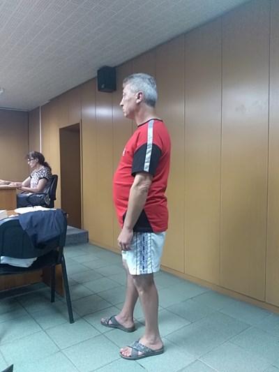 Мирослав Данов се появи в съдебната зала по къси панталони и джапанки и бе смъмрен от съдията Иван Бонев СНИМКА: Анелия Перчева
