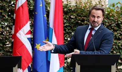Премиерът на Люксембург сочи празното място, където трябва да бъде Борис Джонсън СНИМКА: Ройтерс