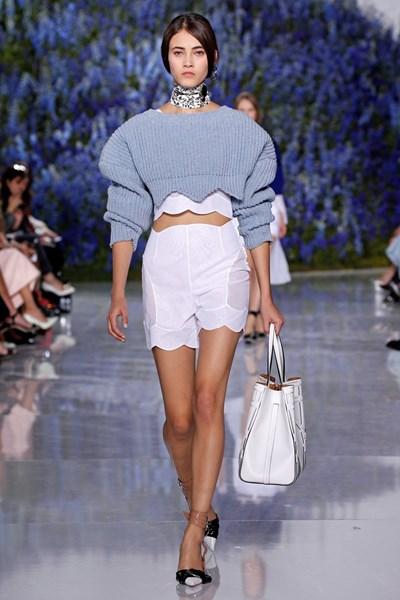 """Модел дефилира с къс пуловер от последната колекция на """"Диор""""."""