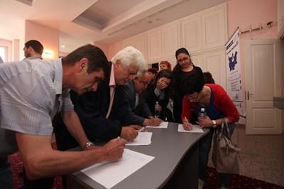Пред залата се извиха опашки за регистрация за форума СНИМКА: Николай Литов