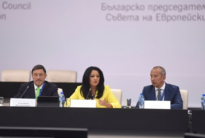 """Министърът на българското председателство Лиляна Павлова на дискусия на тема """"Инвестиционен потенциал на Западните Балкани"""" в НДК СНИМКИ: пресцентърът на министерството на българското председателство"""