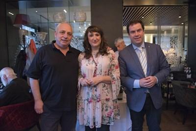 Главният енолог на избата Владимир Влъчков (вляво) бе поздравен от Константинос Лазаракис (вдясно) , който е един от двамата гръцки Master of wine.