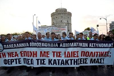 Полицаи в Солун се включиха в протестно шествие вчера - ден преди откриването на международния панаир в града  СНИМКА: Ройтерс