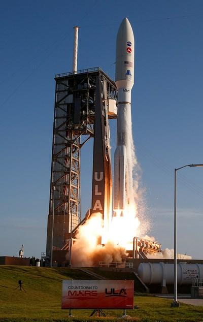 """Ракета-носител """"Атлас V"""" изстреля марсохода на НАСА """"Пърсивиърънс"""" към Червената планета. СНИМКА: РОЙТЕРС"""