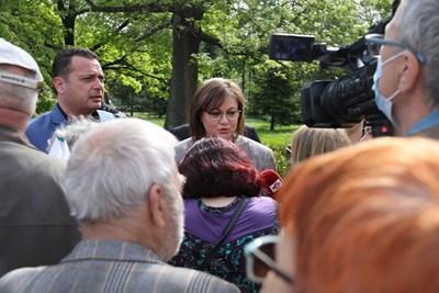 Корнелия Нинова пред протестиращите пенсионери Снимка: БСП