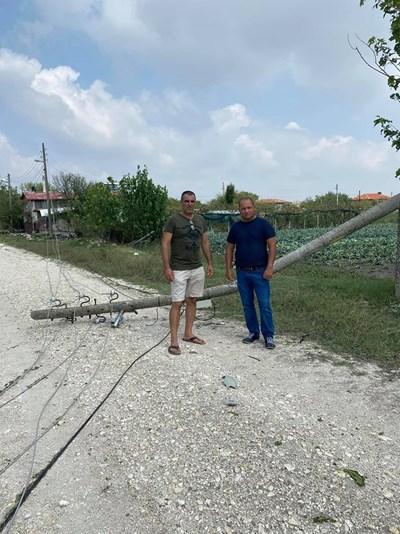 Младен Шишков (вдясно) пред съборен стълб в с. Шишманци
