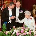 Кралица Елизабет II и кралят на Испания Фелипе VI вдигат наздравица в Бъкингамския дворец.
