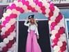 Певицата Тита облечена в бяло и розово на последния си учебен ден