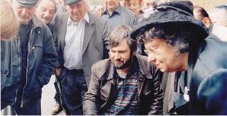 """Работен момент от снимането на """"Рапсодия в бяло"""". Средата е режисьорът Теди Москов, вдясно - Мутафова."""