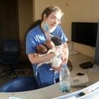 Медицинската сестра спасява трите бебета веднага след като идва в съзнание.