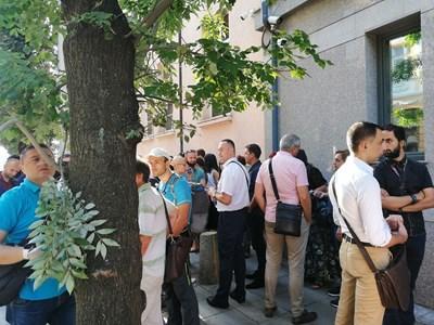 """Съдии се събраха пред ВСС на протест заради единната система.  СНИМКА: """"24 ЧАСА"""""""