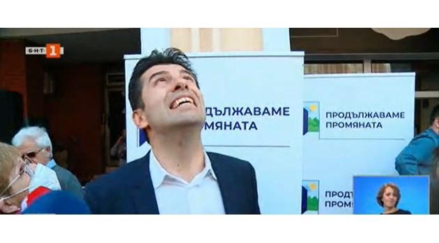 Жена изсипа кофа с вода върху Кирил Петков в Пловдив. Той: Ще ми върви