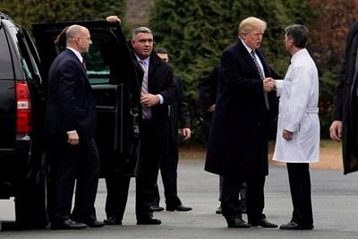 Тръмп се ръкува в лекаря, след като премина първия си медицински преглед като президент. СНИМКА: РОЙТЕРС