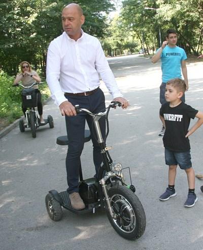 """Кметът Костадин Димитров обикаля с електрически скутер зелените площи в """"Тракия"""". Снимка: Евгени Цветков"""