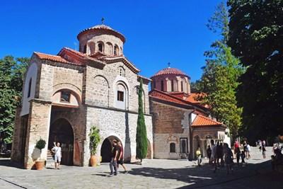 Богомолци прииждат в  двора на манастира.   СНИМКА: Руслан Йорданов