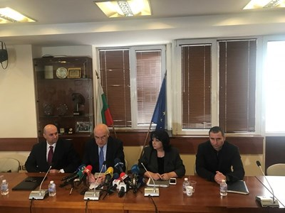 Директорът на енергийната борса Константин Константинов, председателят на КЕВР Иван Иванов, министърът на енергетиката Теменужка Петкова и шефът на БЕХ Петьо Иванов по време на пресконференцията (отляво надясно).