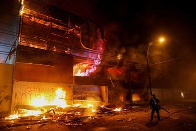 Пожарът е избухнал, след като стотици хора са разбили входа на супермаркета, за да го оберат СНИМКА: РОЙТЕРС