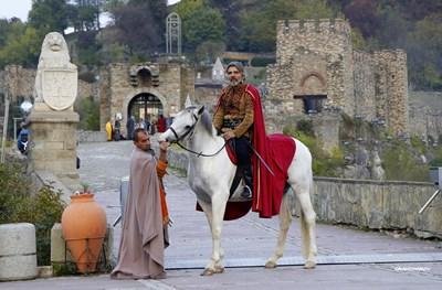 Атрактивният спектакъл бе в естествения декор на Царевец