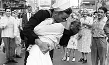 Най-прочутата насилствена целувка - войникът Джордж награбва Грета на Таймс Скуеър