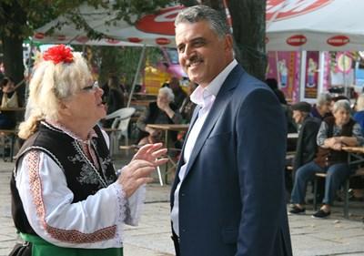 """Кметът на """"Марица"""" Димитър Иванов разговаря със самодейка какво още трябва да се направи за читалищата."""