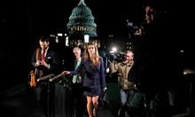 Красавицата Хоуп Хикс зарази Тръмп с COVID-19 с целувка по бузата