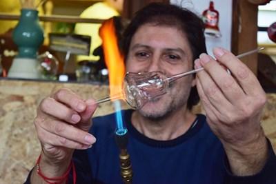 Иван Станев има 15 секунди преди да изстине стъклото, за да издуха красива играчка.