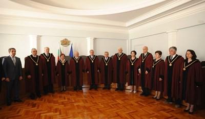 Конституционни съдии, заснети през 2012 г. с президента Росен Плевнелиев. СНИМКА: Йордан Симeонов