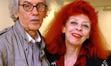 Кристо сбъдва мечтата на покойната си съпруга. Преди 60 г. творецът обещава на Жан-Клод да опакова Триумфалната арка