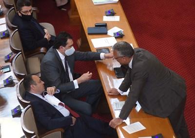 Валери Жаблянов от БСП (изправеният), Хамид Хамид от ДПС (срещу него) и Станислав Иванов от ГЕРБ обсъждат декларацията в защита на българското малцинство в Украйна. Депутатите дори си отпуснаха 30 мин почивка, за да обмислят как да я гласуват. СНИМКА: Велислав Николов