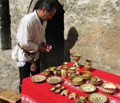 Трапезната керамика, която се открива при археологически разкопки, дава косвени сведения за храната в средновековна България. СНИМКА: Ваня Ставрева