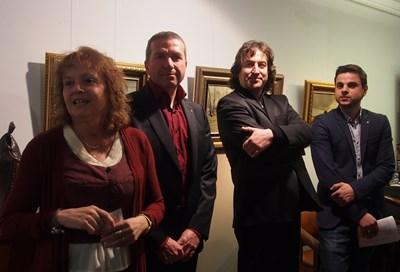 Сред ценителите на откриването беше адвокат Менко Менков (вляво от художника). СНИМКИ: НИКОЛАЙ ЛИТОВ