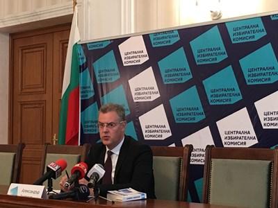Александър Андреев отговори на журналистически въпроси в ЦИК. СНИМКА: Кристина Кръстева