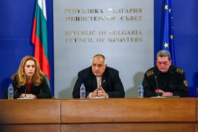 Вицепремиерът Марияна Николова, премиерът Бойко Борисов и главен комисар Николай Николов Снимки: Министерски съвет