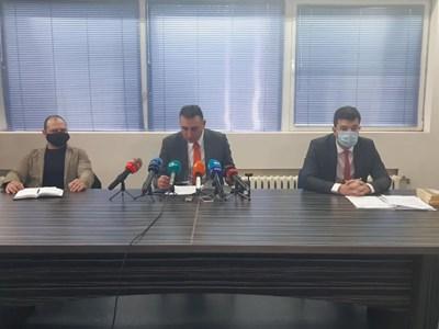 Шефът на БОП в Пловдив Димитър Александров, окръжният прокурор Румен Попов и наблюдаващият прокурор Петър Петров (отляво надясно) дадоха извънреден брифинг
