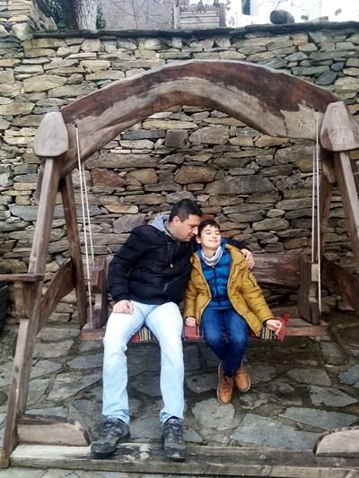 Валентин Терзиев с 12-годишния си син Александър - тази снимка е публикувала Димитрина Попова, за да отбележи 40 дни от кончината на съпруга си.