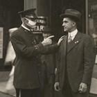 Полицай прави забележка за човек без маска.