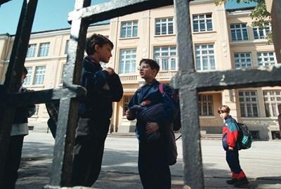 Всички деца трябва от септември да ходят на училище, разпореди премиерът Бойко Борисов. СНИМКА: Николай Литов