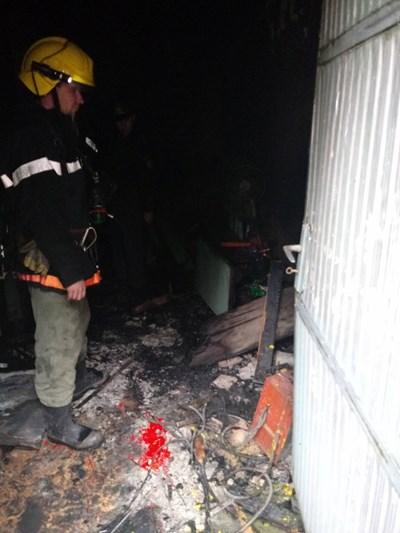 Пожарникари оглеждат мястото на пожара